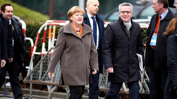 Merkel mit Innenminister de Maiziere vor der Sitzung
