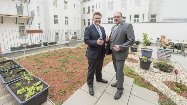Stadtrat Ludwig und Bezirkschef Zatlokal nach Blocksanierung in Reindorf