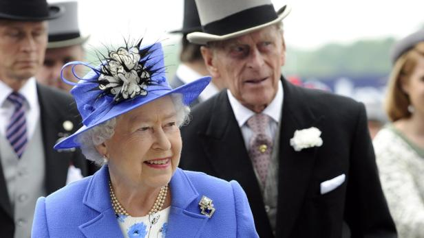 EPAepa03246196 Britains Queen Elizabeth II (C) and her husband Prince Philip, Duke of Edinburgh (R) arrive at the Derby meeting at Epsom racecourse, near London, Britain, 02 June 2012. The classic horse race is the first engagement of this Diamond Jubilee