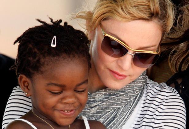 Madonna mit ihrer Adoptiv-Tochter Mercy-James