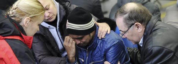 Die Hinterbliebenen trauern am Flughafen
