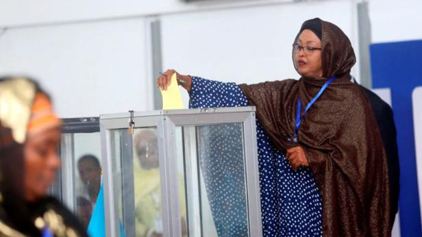 A Somali lawmaker casts her ballot during the pres