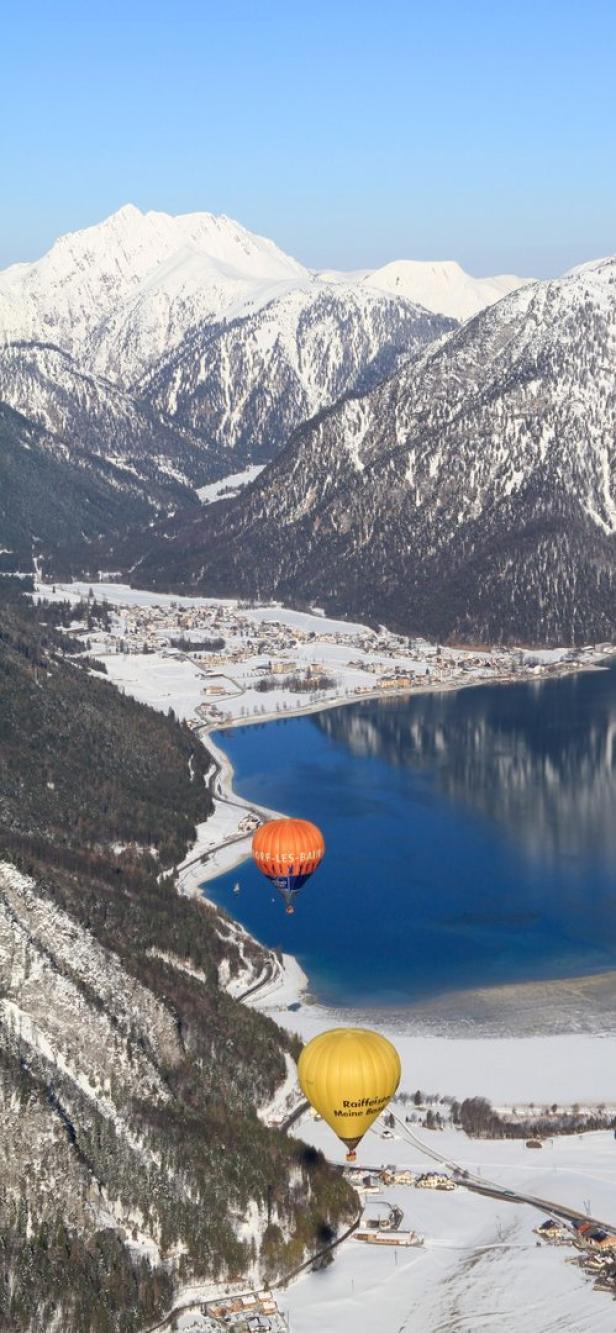 Verschneite Landschaft von oben: Ballontage am Ach…