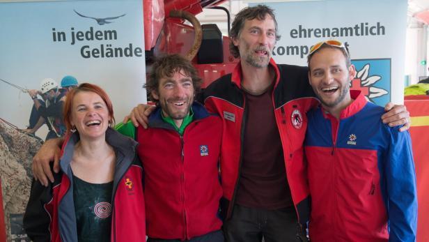 Sabine Zimmerebner mit dem Höhlenretter-Team im Juni 2014