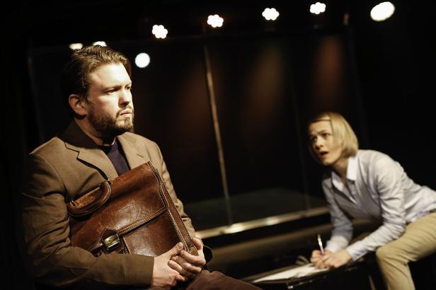 "Szenenfoto aus ""Helden"" im Wiener Schuberttheater"