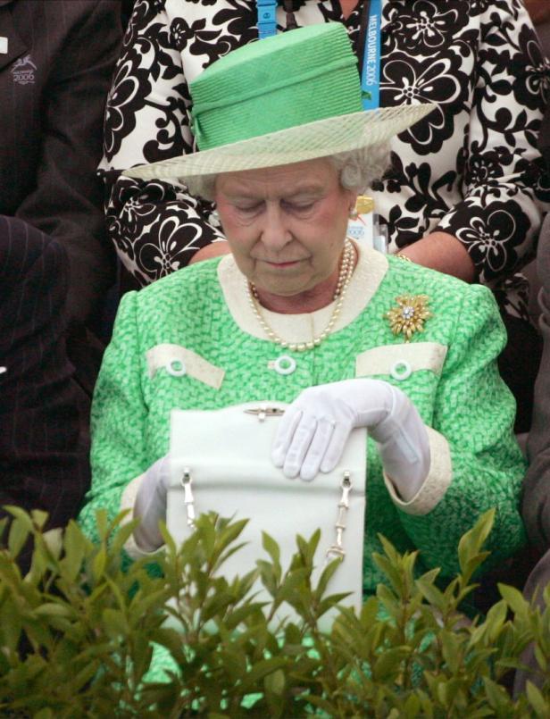 Was ist drin in der Handtasche der Queen?