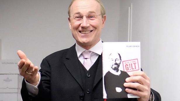 Düringer präsentiert in 'Kanzler'-Kostüm sein Buch