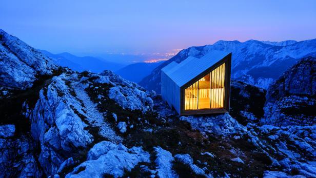 Die verglasten Giebelseiten der Schutzhütte geben ein großartiges Panorama frei.