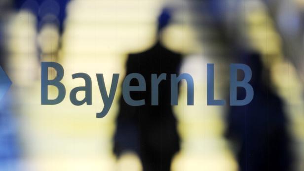 dapdBayern/ ARCHIV: Besucher gehen hinter einem Logo der Bayerischen Landesbank (BayernLB) in Muenchen vorueber (Foto vom 21.10.08). Die Ex-Vorstaende der BayernLB werden im Schadenersatzprozess wegen des Milliardendesasters bei der oesterreichischen Hypo