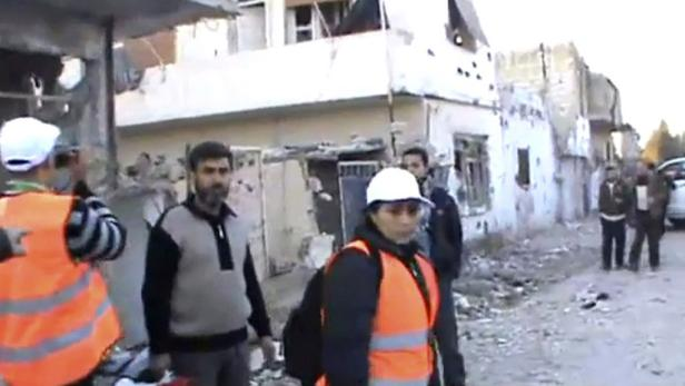 Beobachter der Arabischen Liga auf Amateuraufnahmen bei ihrem Besuch in der Protesthochburg Homs.