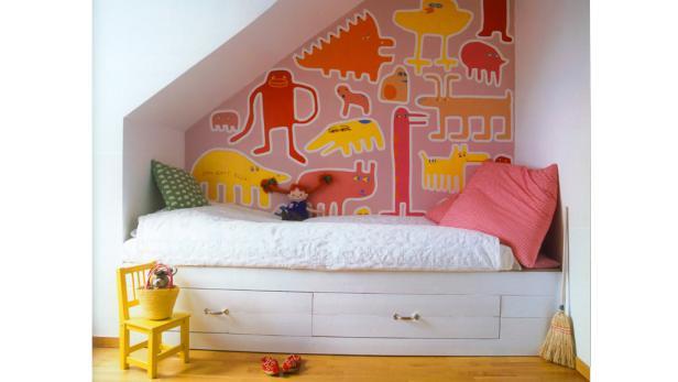 Ein Bett mit geräumigen Schubladen erleichtert das Ordnunghalten im Kinderzimmer.
