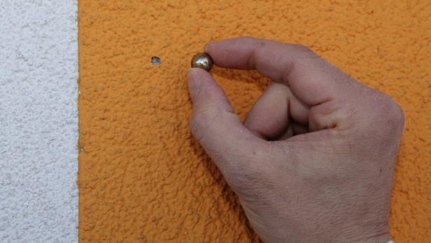 Die Spuren der Projektile sind auch an der Mauer sichtbar