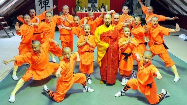Shaolin versammeln sich um den Altmeister.
