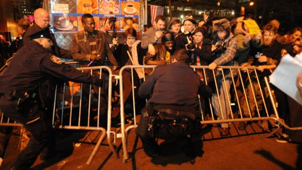 dapdOccupy Wall Street protesters and New York Police clash over poice barricades at Zuccotti Park Saturday Dec. 31, 2011 in New York.  The demonstraters returned to the Park Saturday after being evicted by police in November.  (Foto:Stephanie Keith/AP/da