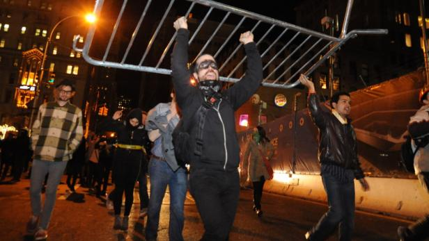 dapdOccupy Wall Street protesters carry a barricade they removed from Zuccotti Park in New York Saturday Dec. 31, 2011. The protesters took police barricades, piled them up and celebrated on top of them. (Foto:Sstephanie Keith/AP/dapd)