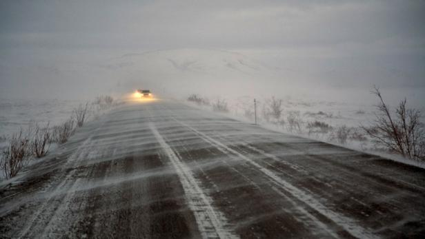 Die Strecke führt den Konvoi rund 1500 Kilometer über verschneite Straßen, zugefrorene Seen und vereiste Pisten.
