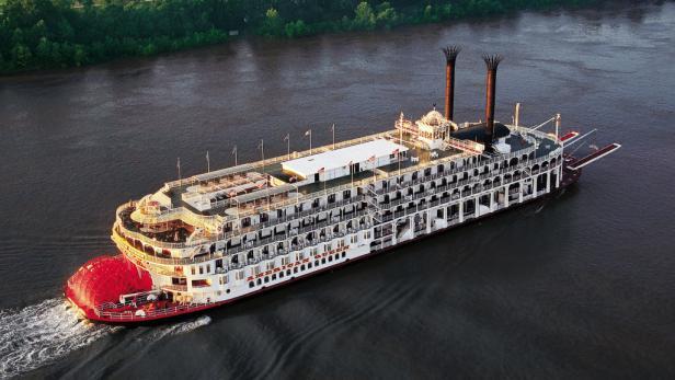 Mit dem Schaufelraddampfer American Queen geht's auf dem Mississippi u. a. nach Memphis und New Orleans. Das Interieur verströmt das Flair einer viktorianischen Villa.