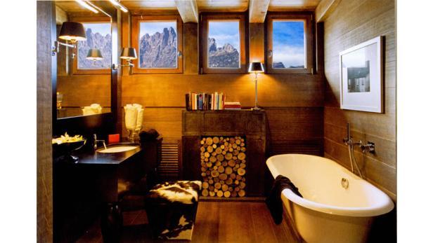 Das vorherrschende Element ist Holz: Der italienische Innenarchitekt Stefano Dorata hat das ursprüngliche Material der Berggegendin allen Räumen konsequent eingesetzt und damit für ein harmonisches Ganzes gesorgt.