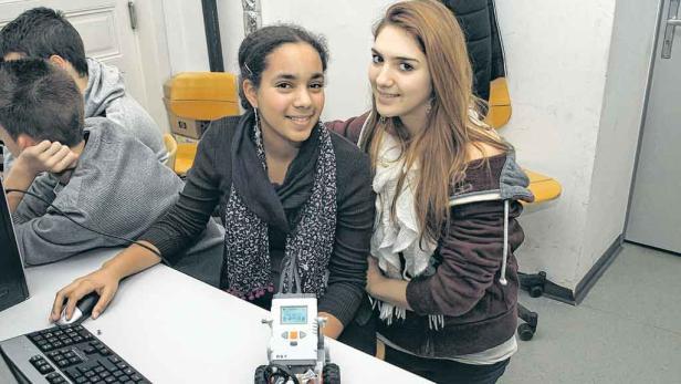 Ganz schön clever: Die beiden 15-jährigen Schülerinnen Sade (li.) und Marina (re.) haben eine Melodie auf ihren Roboter geladen und ihn so programmiert, dass er sich dazu bewegen kann.