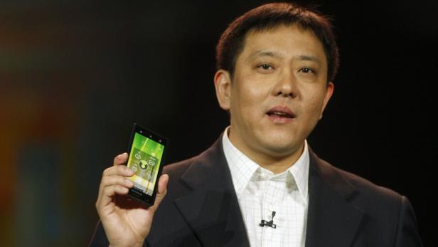 Lenovo Senior Vice President Liu Jun mit dem K800.