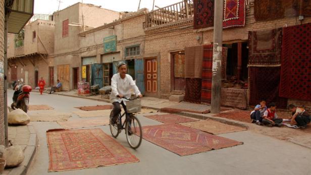Die Oasenstadt Kashgar am Rande der Wüste Gobi ist jeden Sonntag ...