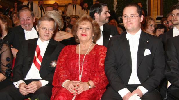 Der Ballchef mit Marjana Lipovšek (Ballkomitee).