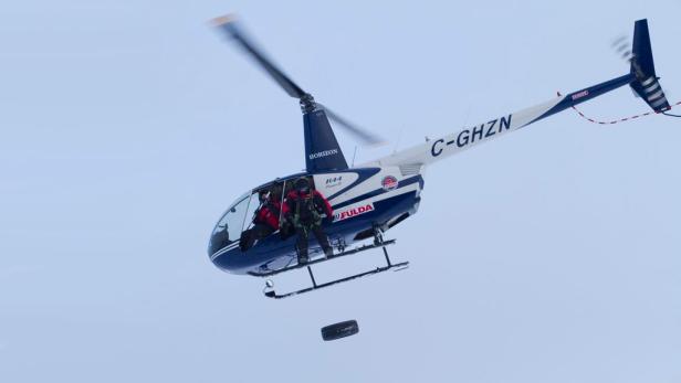 Helicopter-Drop Neu: Der Autoreifen hängt nicht am Seil, sondern wird von den Athleten auf die Zielscheibe geworfen.