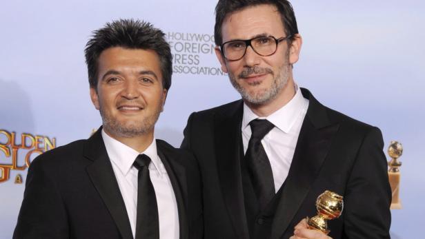 """Regisseur Michel Hazanavicius (rechts) und Produzent Thomas Langmann posieren mit dem Golden Globe für die beste Filmkomödie für """"The Artist""""."""
