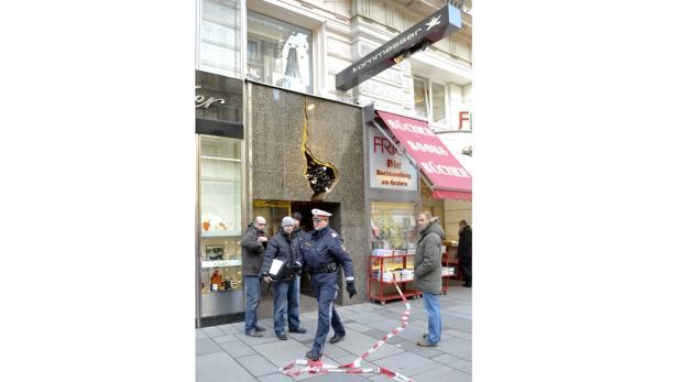 Die Ermittler der Tatortgruppe nahmen vor dem überfallenen Juweliergeschäft Kornmesser in der Wiener Innenstadt ihre Arbeit auf.