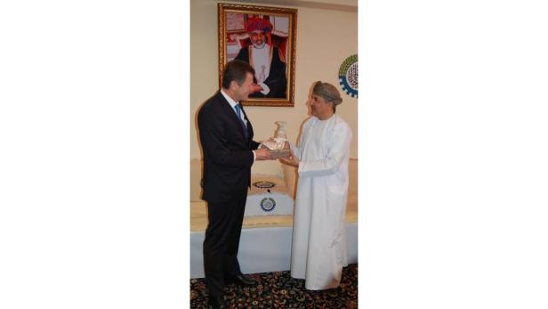 Säbel als Geschenk: Waldner mit Kammer-Chef Al Khonji