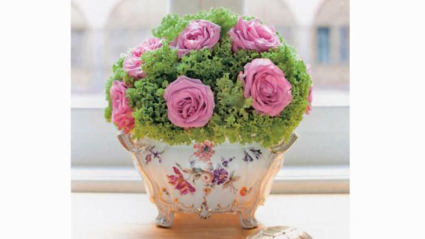 So ein Rosen-Arrangement ist ein garantierter Blickfang (der Salat ersetzt dabei den Steckschwamm).