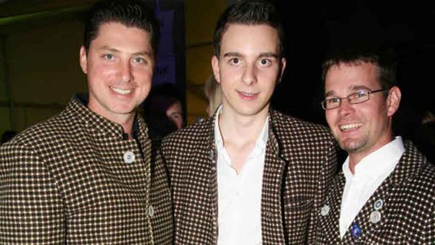 Jugend trägt wieder Tracht: Ewald Stierschneider (Mitte) erfand die Wachauer Trachtennacht