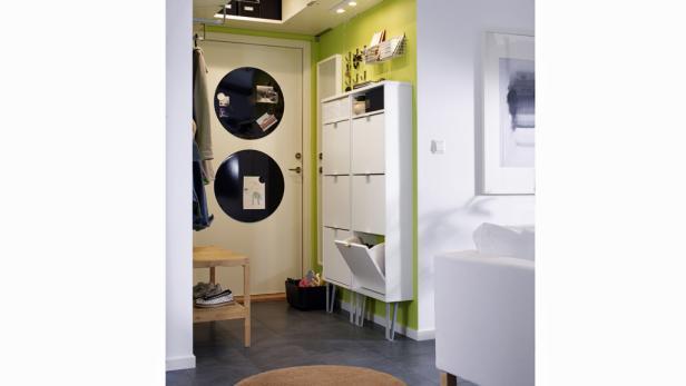 Klappbare Möbel, wie etwa der Schuhschrank von Ikea eignen sich für kleine Vorzimmer.