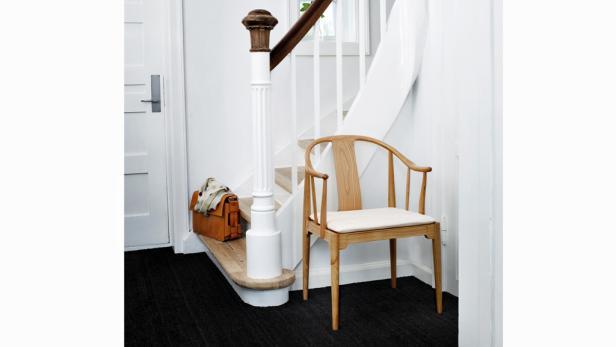 Blickfänger, die einen praktischen Zweck erfüllen, werten den Vorraum auf: Ein Stuhl, etwa von Fritz Hansen