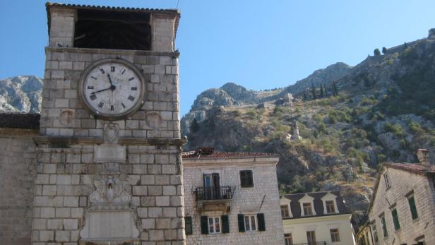 Viel besuchte Ziele: Die Altstadt mit Uhrturm in Kotor und ...
