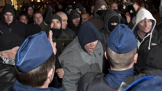 Vor Budapests Neuem Theater: Proteste für und gegen den umstrittenen Theaterdirektor