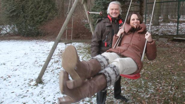 Langzeitehe: Mit Vera Russwurm im Garten ihres Neustifter Hauses. Hinterm Zaun spazieren die Rehe im Wienerwald.
