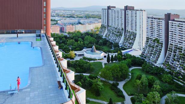 In Alt Erlaa hat jede Wohnung einen Balkon oder eine Loggia – und bis zum zwölften Stock ein Pflanzenbecken unter freiem Himmel. Zudem verfügt jedes Haus über ein Bad auf dem Dach.