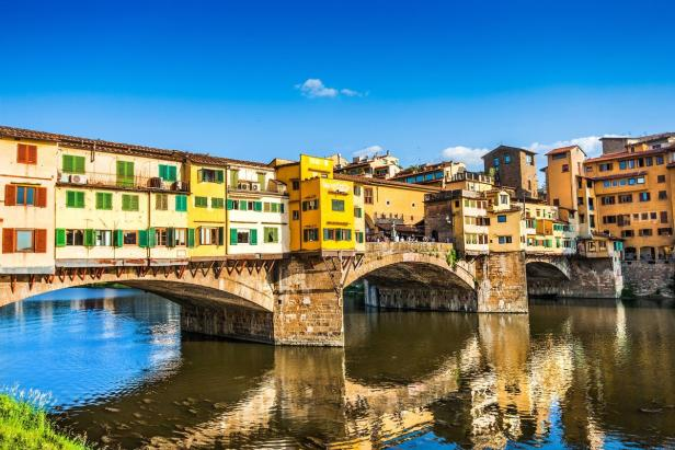 Famous Ponte Vecchio with river Arno at sunset in …