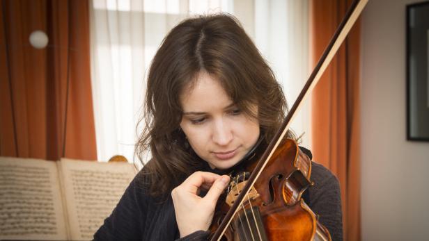 Patricia Kopatchinskaja bei Geigenbauer Marcel Ric