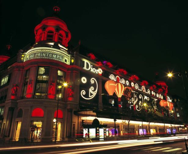Die französische Schauspielerin Marion Cotillard eröffnete heuer die Auslagendekoration des Pariser Kaufhauses Printemps. Das Konzept stammt aus dem Modehaus Christian Dior und widmet sich den wichtigsten Entwürfen des Couturiers