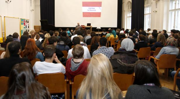 Probeabstimmung im Saal: Die 140 Schüler aus Wien-Leopoldstadt sind mehrheitlich für ein Profi-Heer