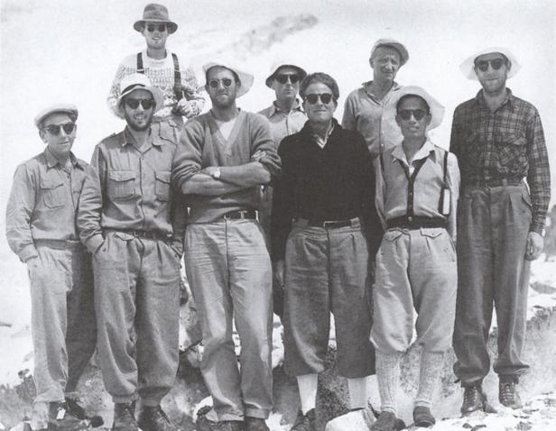 1955 leitet der damals 37-Jährige die internationale Himalaja-Expedition (Vierter von links)