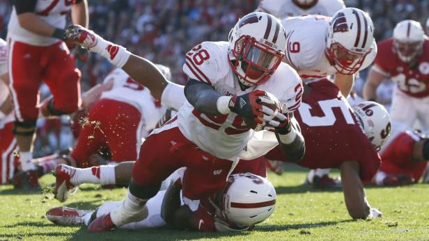 Wisconsin Badgers Montee Ball dives into the endzo