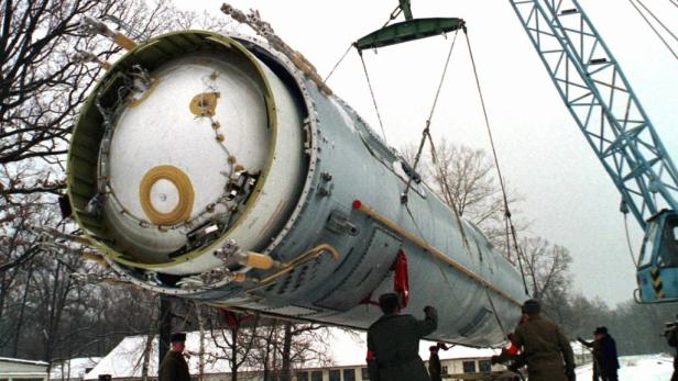 Soldaten beim Abbau einer ballistischen Rakete auf einer Militärbasis in der Ukraine.