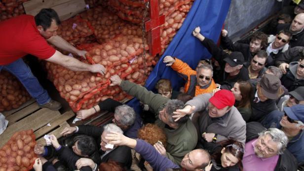 Thessaloniki: Griechen kaufen Erdäpfel direkt vom Bauern.
