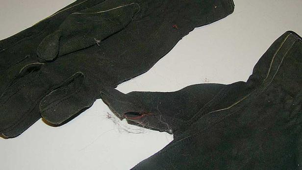 Die Handschuhe des Polizisten: Die Frau verletzte seine Hände