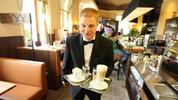Der Schmäh steht dem Kellner ins Gesicht geschrieben. Viele Gäste kommen genau deshalb immer wieder gerne ins Café Hummel.