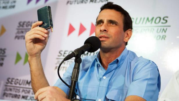Henrique Capriles mit der Verfassung in der Hand: Sind doch keine Monarchie