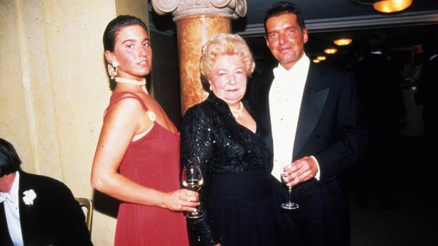 Falco mit seiner Mutter und Castaldi am Wiener Opernball.